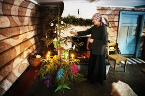 Julgranen kom till Sverige någon gång under 1700–1800-talet men användes länge bara i de finare kretsarna. Granen skulle vara färggrann och pyntades med bland annat silkespapper, kristyränglar och äpplen.