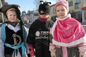 Ted Jonsson, Elin Nyman och Anna Larsson hade klätt sig som pirat, katt och prinsessa denna soliga tisdag i Alfta.