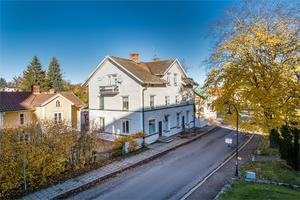 Bredvid kyrkan i Smedjebacken ligger denna gård med två boningshus.