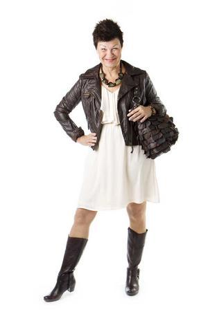 EFTER. Tufft och kul är en stil som passar Ulla Perssons personlighet perfekt. Frisyren är lekfull och i klädvalet kombineras det eleganta och kvinnliga med det rockiga. Ulla Persson har på sig en ljusrosa klänning med volangkrage från H&M, 249 kronor, en brun skinnjacka i MC-stil från Lindex, 399 kronor, stort pärlhalsband från H&M, 79:50 kronor, två stycken Pilgrimarmband med bruna pärlor och stenar från Åhléns, 299 kronor styck, bruna skinnstövlar med klack från Scorett, 1 399 kronor, och en handväska i brunt skinn från Lilla Å, 2 499 kronor.