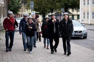 Säkra. Några deltagare i cykelkonferensen på väg att hämta sina lånade cyklar för att ta en rundtur i Västerås, där bland annat nya cykelstråk längs Mälarstranden visades upp.Foto: Magnus Östin