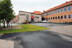 Enkelt beskrivet de vita tegelbyggnaderna försvinner och de röda blir kvar, när Celsiusskolan byggs om och renoveras. Det blir en skola för 480 elever, enligt det reviderade kostnadsförslaget.
