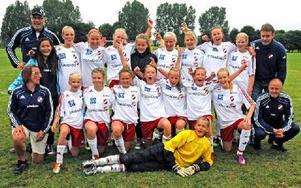 KIK-SEGRARE II. Glada tjejer i Kvarnsvedens F13-lag efter finalvinsten mot Östervåla.