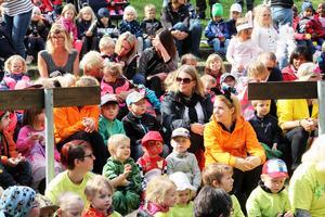 Här alla barn och vuxna samlats framför scenen bakom Mårtesgården för att få se och höra teaterpjäsen.