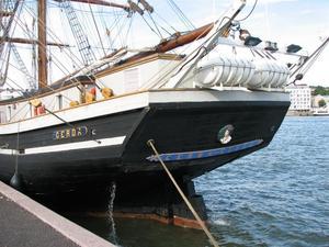 Finnländarna gillar Briggen Gerda. Vid kajen i Helsingfors ligger Briggen Gerda när hon inte är ute och seglar.