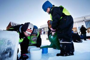 Lukas Ekman tillsammans med Saga Karlsson hade fullt upp med att frysa in allsköns pinaler under tisdagsförmiddagen på Stortorget i Östersund.