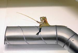 På Galleri Mono visar Petter Erlandsson flera illusionstrick, som det här extrainsatta ventilationsröret med en fiskande liten krabat...