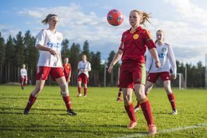 Svegs spelaren i rött, lagkaptenen Tilde Ingvarsson tar emot ett inkast. Ellen Modin och Julia Myhr är precis bakom henne för att försvara.