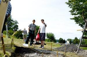 Funnit lämningar. Robert Andersson och Tomas Ernstsson har grävt fram en stenläggning som varit dold någon decimeter under jorden.