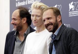 Regissören Luca Guadagnino med Tilda Swinton och Ralph Fiennes på filmfestivalen i Venedig där