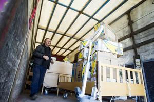 Den första lastbilen fylls med bistånd. Åke Olsson tycker att det känns bra att transporterna återupptas.