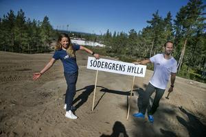 De två skidessen Maria Rydqvist och Anders Södergren fanns på plats för att inviga Södergrens hylla.