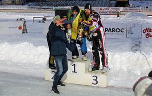 Andreas Jonsson, som agerade prisutdelare, ville föreviga sig själv och medaljörerna med en selfie.