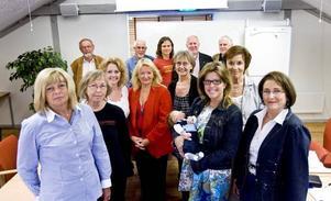 unika. Gavlefastigheters styrelse är unik med kvinnorna i majoritet. Kvinnorna är från vänster Maud Lundh (M), Pälla Elfström (FP), Cathrine Holgersson, vd, Anitha Jabin (M), Rigmor Westlund (S), Åsa Wiklund-Lång (S), ordförande, Catharina Hedin, sakkunnig och Inger Schörling (MP). Bakom står de manliga ledamöterna Leif Eriksson (C), Curt Nygren (S), Max Hebert (V), vice ordförande, Åke Björk, sakkunnig och Lennart Nygren (M). Saknas på bilden gör Per-Olof Skalk (S) och Siw Byqvist-Söderlund (V).