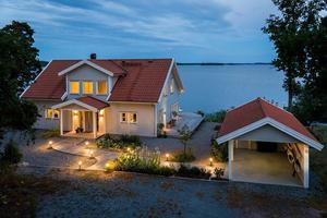 Gott om plats för bilen i garaget vid villan på Tidö-Lindö.