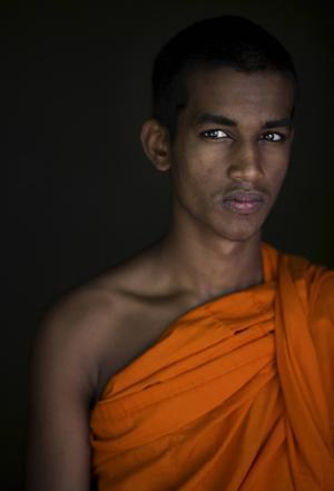 Buddhismen genomsyrar vardagen och de orangeklädda munkarna har hög status.