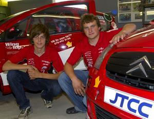 Snabba bröder. Andreas och Joakim Ahlberg har ett eget team i JTCC. Den senaste helgen på Anderstorp var teamets bästa hittills. Första racet vann Joakim före Andreas.