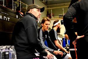 Thomas Brottman, tränare i IBF Falun, går igenom powerplay-spelet med bland andra Emil Johansson.