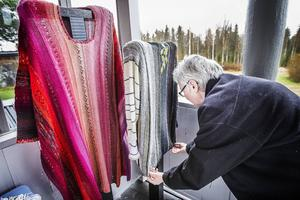 Astrid Strömberg, textilkonstnären från Hovra, vet sällan hur det ska bli när hon börjar på en ny kofta – hon börjar sticka och sen avgör de olika infallen hur resultatet blir.