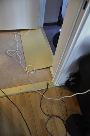 En handikapptröskel till badrummet som inte är borttagen trots påstötningar. Under plåten i badrummet saknas fuktspärr.