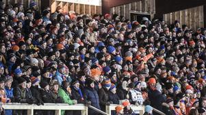 Fullsatt huvudläktare på Sävstaås är sällsynt numera. Bilden är från annandagsderbyt mot Edsbyn 2014. Matchen sågs av närmare 4 000 åskådare. Publikrekordet på Sävstaås är 8 141– även det i ett annandagsderby mot Edsbyn. Året var 2000.