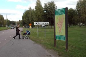 NYTT. Vid infarten mot Gävlevägen finns i dag en information –  även den ska bytas ut.  Foto: Conny Svensson
