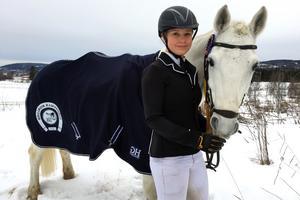 Livia Blomqvist tävlar med hästen Munsboro Storm i semifinalen av Sverigeponnyn.
