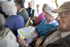 Beryl Blinko granskar en karta över Hudiksvall under båtturen in till kajen.