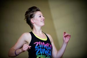 Instruktören Angelica Sjöholm hade både högt tempo och ett brett leende på läpparna när hon släppte loss till zumban. Foto:Mikael Hellsten