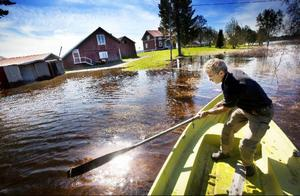 """Bo Paulsson i Bye, Hammerdal, tvingas låta bilen vänta vid vägen så länge. För att komma till gården och garaget är det båt som gäller. """"Stiger vattnet tjugo centimeter till så rinner det in i källaren"""", säger han."""
