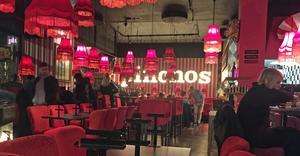 Vid stolpen till höger i bild hämtar gästerna bestick, glas, tallrikar och servetter. Maten hämtas i köket och drycken i baren. Allt beställs via appen.