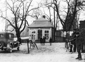 """Arbetsplats. Söderqvists kiosk var Ediths arbetsplats under tio år. """"Det var trångt och kallt på vintern"""", berättar Edith. Någon toalett fanns inte, det gällde att hålla sig tills det blev middagsstängning."""