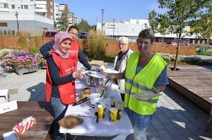 Salwan Kawas till vänster och Carina Hallesten Hansson till höger serverade surströmmingar.