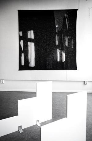 Skulpturen Genväg tronar framför jacquardstickningen Reflektion. Meggi Sandell visar prov på olika sorters tekniker på Galleri Hörnan.