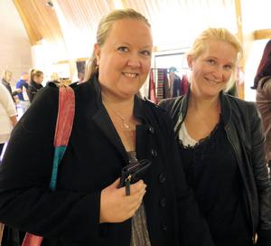 Annelie Lindbom och Sara Isaksson passade på att fynda bland hantverken.