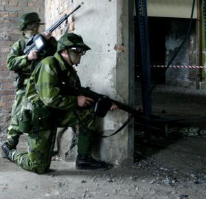 Två soldater som tar sig fram efter ett speciellt mönster inne i huset.