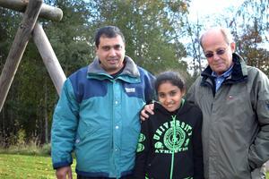 Elisabet Stanova, hennes pappa Stavro och Anders Ahlzén är glada hur det utvecklat sig med skolgången för Elisabet.