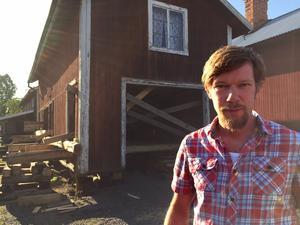 Uthuset kommer att bli isolerat, plåttaket blir tegel och en kamin ska installeras efter att en murstock murats, berättar Stefan Löfgren. Att riva uthuset var inte aktuellt.