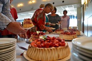 Det bjöds på tårta på kommunfullmäktige i samband med att åtta talangfulla ungdomar fick ta emot stipendier.