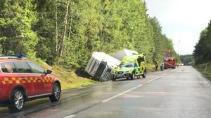 I början av augusti hamnade en lastbil i diket på vägsträckan. Båda personerna i fordonet klarade sig från skador.