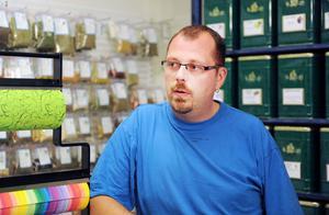Alla butiker försvinner inte. Magnus Lund har öppnat te- och presentbutik i Arbrå.