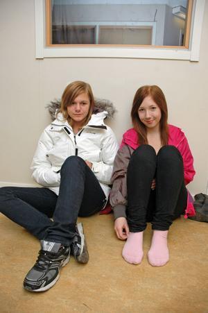 """VÄNTAR. Angelica Andersson och Fanny Bergström väntar på nästa informationsstund. """"Jag ska gå omvårdnad"""" säger Fanny Bergström."""