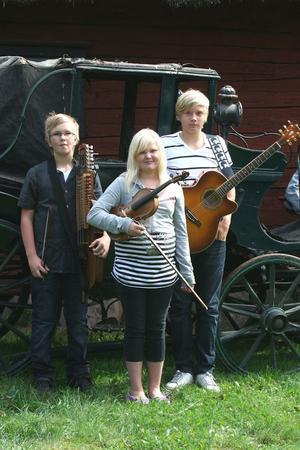Ungdomar. Petrus Dillner, Isabel Dillner och Filip Donnerstål tillhörde  den yngre generationen denna dag.