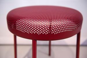 De bulligt runda stolarna från Tingest ser nästan mjuka ut, men är gjorda av metall.