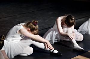 De här balettjejerna dansar en svandans i en fullsatt sal på Bomhus Folkets Hus.