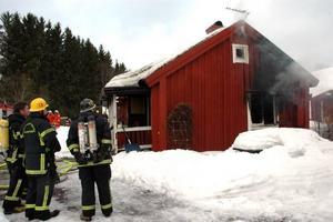 KAMP. Ett tiotal man från räddningstjänsterna i Tierp och Österbybruk lyckades till slut få kotroll över branden i trähuset på Bruksgatan i Tobo. Men ett tag var spridningsrisken stor.