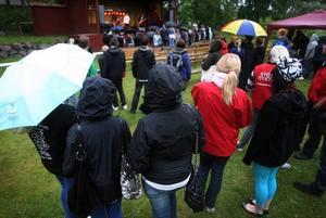 Paraply och regnkläder var rätt utrustning när högstadieelever från elva kommuner firade i Furuvik i går kväll.