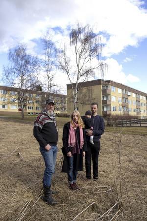 Snart har hyresgästerna på Blomkransen i Bollnäs möjlighet att odla, tack vare föreningen Bollnäs Odlar. Johan Toll, Madelene Krug och Thomas Lundgren med dottern Ilse.