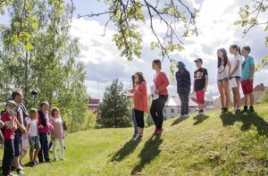 Elever från Nyhamre skola undervisar sina besökare om Onbackens historia.