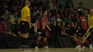 IBF Faluns Sara Kristoffersson skriker ut sitt segervrål efter att Iksu besegrats med 3-2 i den andra SM.semifinalen. Foto: Mats Ragnarsson